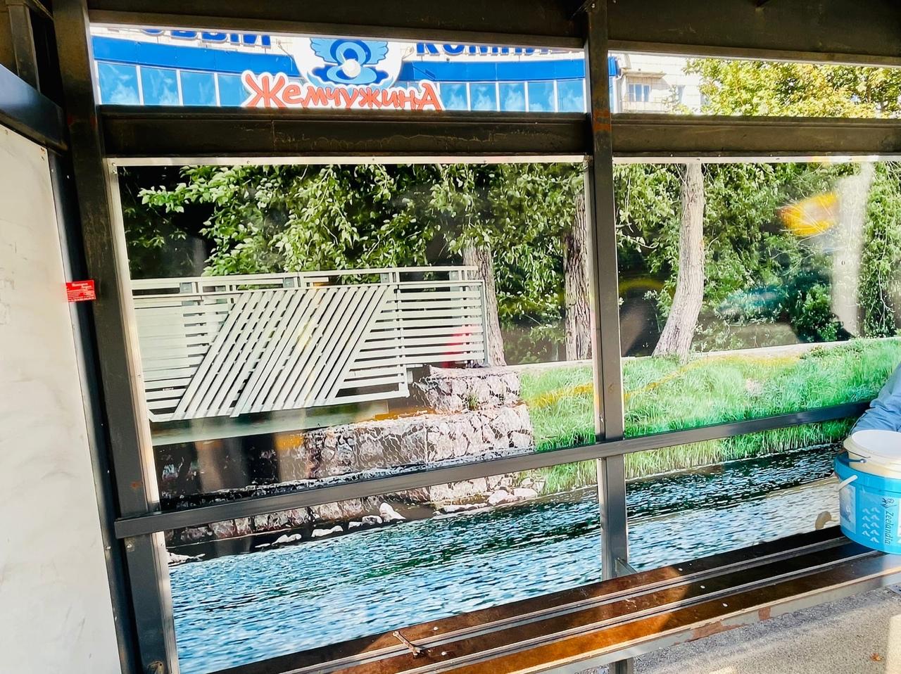 В Тихвине облагораживают автобусные остановки